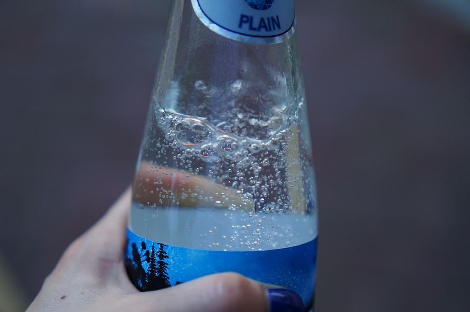 Top 8 best non alcoholic beverages to drink with cigars for Sparkling water mixed drinks